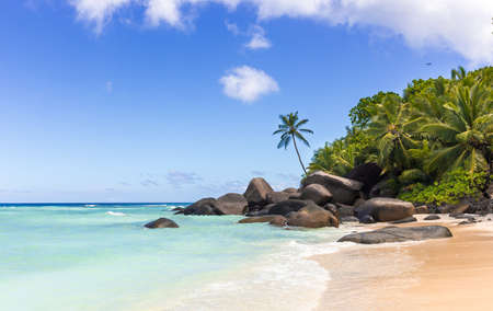 Paradise island in the Seychelles, sandy beach and blue sky over Indian Ocean Imagens