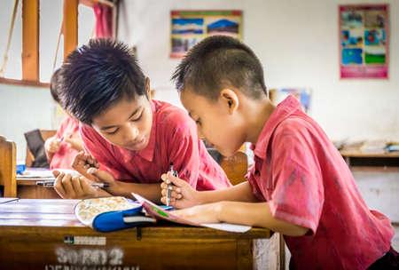 BALI, INDONÉSIE - 25 AVRIL 2018 : Jeunes élèves heureux portant des tenues d'école balinaise étudiant à l'école primaire sur l'île de Bali, Indonésie