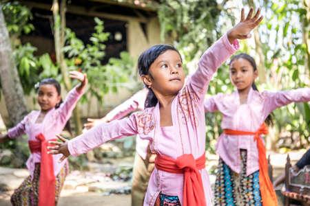 BALI, INDONÉSIE - 25 AVRIL 2018 : Petits danseurs balinais portant de belles tenues se préparant à une représentation sur l'île de Bali, Indonésie