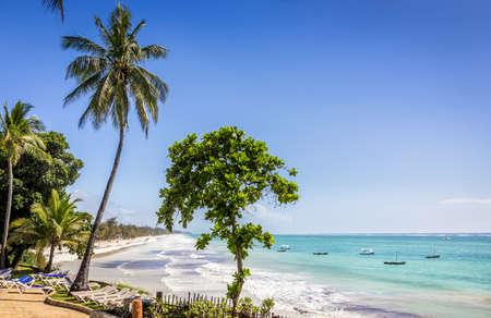 Paysage marin étonnant de plage de Diani avec le sable blanc et l'océan Indien turquoise, Kenya Banque d'images