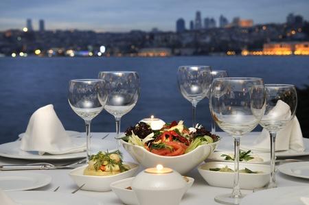 Abendessen im Bosporus, Istanbul - Türkei (Nachtaufnahme) Standard-Bild - 10451304