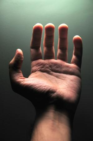 Closeup Schuss von einem Open-Männliche Hand auf dunkelgrünem Hintergrund Standard-Bild - 14004378