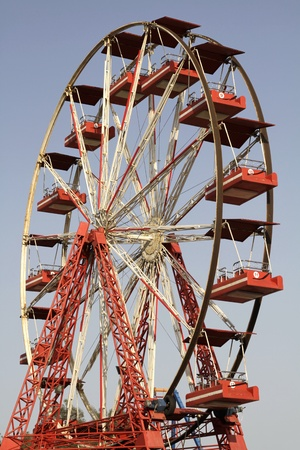 ferriswheel: Ferriswheel con cielo blu su sfondo Archivio Fotografico