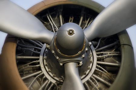 Propeller Motor eines alten Flugzeug Standard-Bild - 33389564