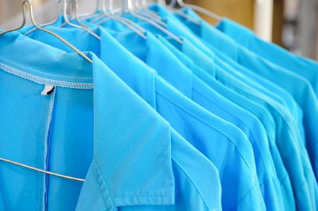 Blue Collar Jacken auf einer Linie hängend Standard-Bild - 51684610