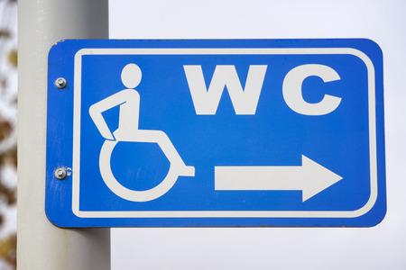 archivio fotografico insegna per handicappati bagno