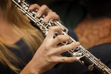 clarinete: Manos que juegan el Oboe Foto de archivo