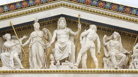 Beelden van oude Griekse goden bij Academy Of Athens, de nationale academie van Griekenland, en de hoogste onderzoeksinstelling in het land. Athene, Griekenland