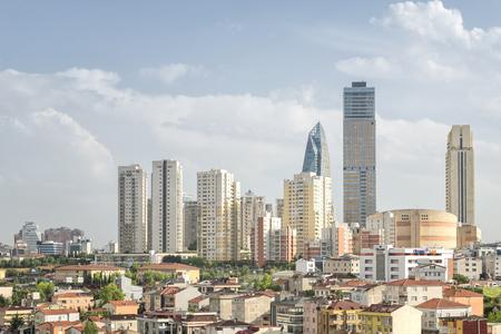 Wolkenkratzer aus dem Atasehir-Viertel von Istanbul, an der Kreuzung der Autobahnen O-2 und O-4 im anatolischen Teil von Istanbul Standard-Bild - 79242205