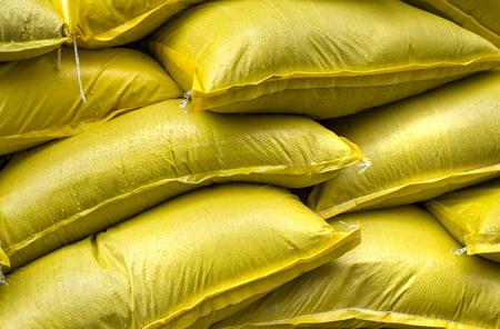산업 노란색 자루가 쌓여