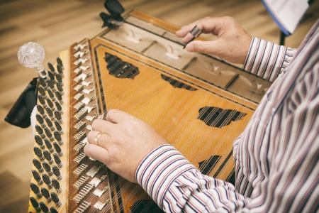 Close Up Shot Of A Man Playing Qanun (Kanun) Imagens - 94206637