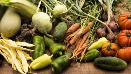 comidas saludables: Several vegetables on wooden chopping board and table.