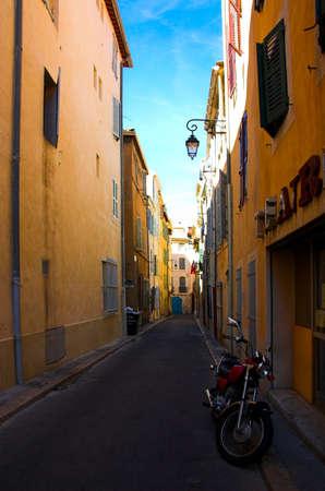 marseille: Motocycle op straat in de buurt van het theater in de oude haven onderdeel van Marseille, Frankrijk Stockfoto
