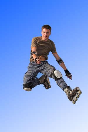 ni�o en patines: Active rodillo chico saltando de parapeto en el cielo azul