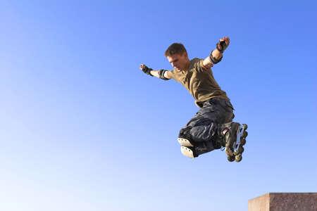 rollerblading: rodillo activo muchacho saltar en el cielo