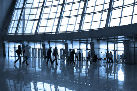 exhibition crowd: Persone sagome in aeroporto edificio