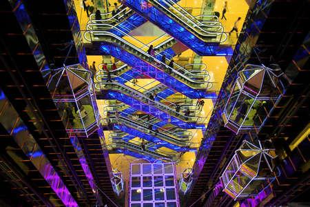 exhibition crowd: Futuristica sala nel centro commerciale con scale mobili e ascensori