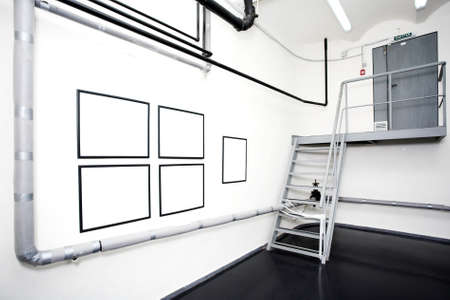 gallerie: Two empty frames on white wall in museum Stock Photo