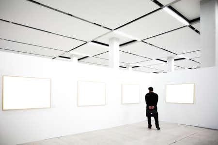 mus�e: dans les murs du mus�e avec les cadres vides et par personne, la recherche