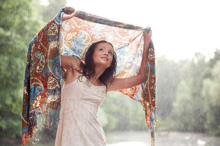 sotto la pioggia: Ragazza rimanere al di sotto gocce di pioggia coprire scialle