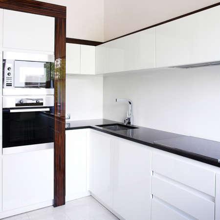 azulejos cocina: Cocina en la esquina interior de color blanco Foto de archivo