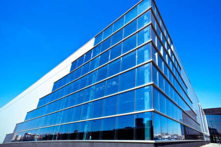 edificio cristal: Moderno edificio de oficinas esquina azul