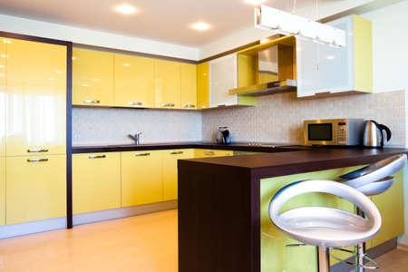 highend: Giallo cucina interna con sedie moderne, piatto