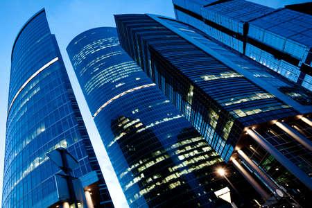 jornada de trabajo: Vista nocturna al nuevo centro de negocios al final de la jornada laboral