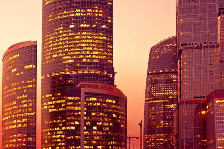 Luce del tramonto sui grattacieli moderni a sera Archivio Fotografico - 5492406