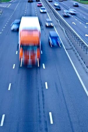 fast lane: Del tr�fico por carretera con camiones de naranja, el desenfoque de movimiento
