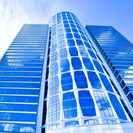 Nieuwe blauwe glazen business wolkenkrabber toren