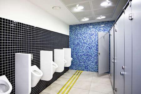 latrina: Visualizzazione per toilette pubblica con postazioni grigi e bianchi orinatoi