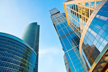 rascacielos: Torres de modernos rascacielos en la vista de perspectiva de centro de negocios