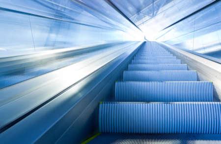 centro comercial: Escalera mec�nica de r�pido movimiento en centro de Oficina  Foto de archivo