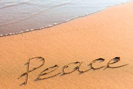composure: Parola pace sulla sabbia vicino mare onda