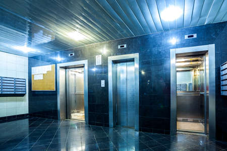 lift gate: Modern lift with opened and closed doors incide appart house