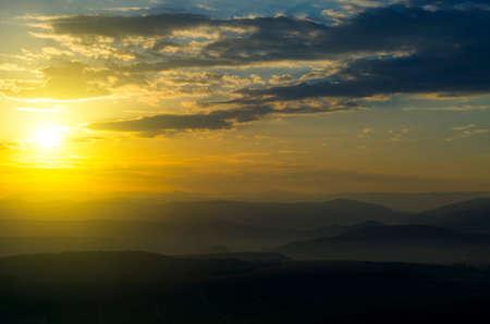 美しい夕日、雄大な山の範囲の影を落としてください。 写真素材