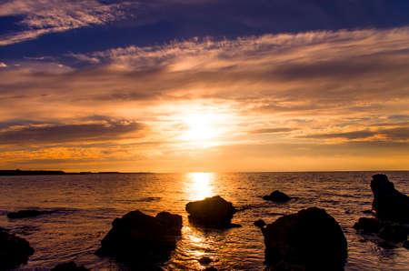 water s edge: Magnifica, luminosa, tramonto colorato sfondo con spazio per Splendida vista sul mare di testo Archivio Fotografico