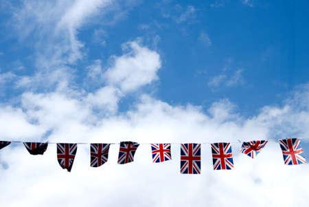 bandera inglesa: Una cadena de Unión Jack banderas en la calle principal de Yorkshire Haworth