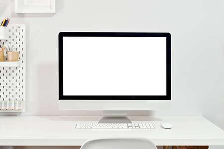 Maqueta de computadora de escritorio con pantalla en blanco en un lugar de trabajo elegante