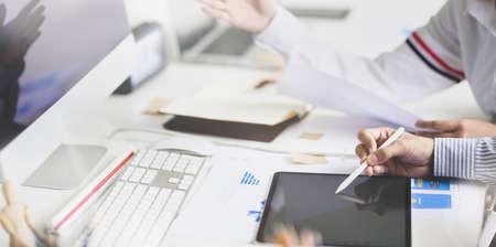 현대 사무실에서 태블릿을 사용하는 동안 프로젝트를 컨설팅하는 젊은 개발 팀 스톡 콘텐츠