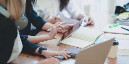 Vista cercana del equipo de inicio haciendo una lluvia de ideas sobre el plan juntos en la sala de la oficina moderna