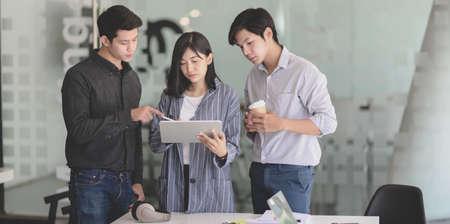Groep jonge professionele zakenmensen die hun project samen bespreken in de vergaderruimte