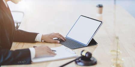 Profesjonalny radca prawny opiniujący dokumenty rozliczeniowe, umowy i umowy biznesowe dla firmy