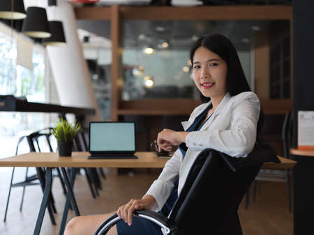 Portrait of young beautiful asian businesswoman looking to the camera confidently in her office room 版權商用圖片