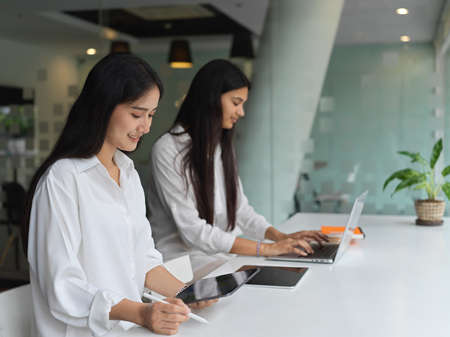 Young group of businesswomen working on their project together in modern office room 版權商用圖片