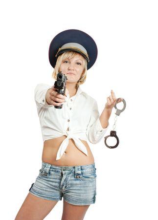 manacles: Chica de belleza con pistola y esposas. Aislado en blanco. Centrarse en la pistola