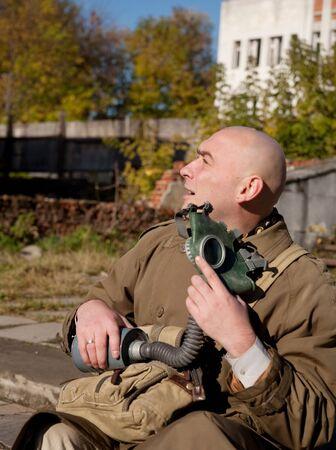 imminence: Hombres adultos en ropa protectora con m�scara de gas al aire libre