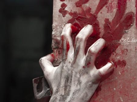 gory: una mano di orrore su sfondo con claret  Archivio Fotografico
