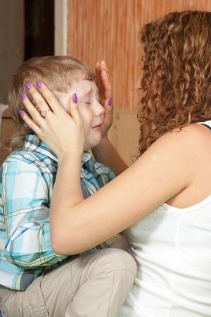 mujer llorando: Madre a reconfortante hijo de cuatro a�os